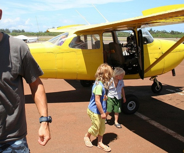 Paul's kids leaving the plane like pro's